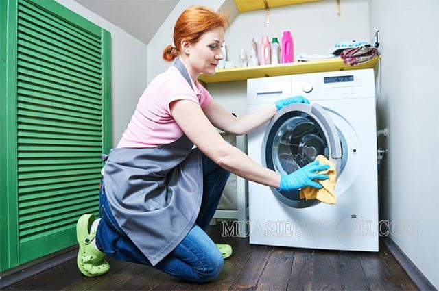 Loại sạch bên ngoài máy giặt với khăn mềm