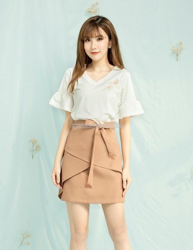 Xinh đẹp và tươi tắn cùng chân váy màu be mix áo trắng