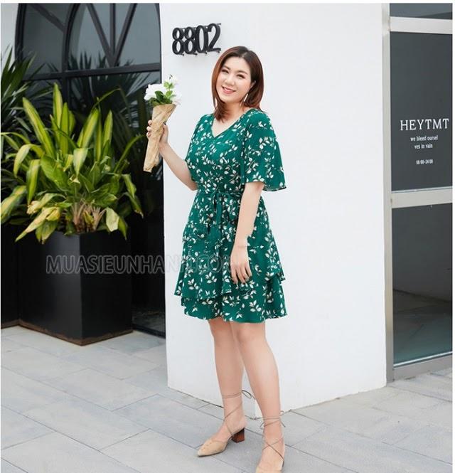 Một chiếc váy hoa màu xanh mát mắt giúp bạn xua đi cái nóng bức của mùa hè