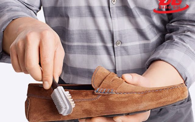 cách vệ sinh giày da lộn