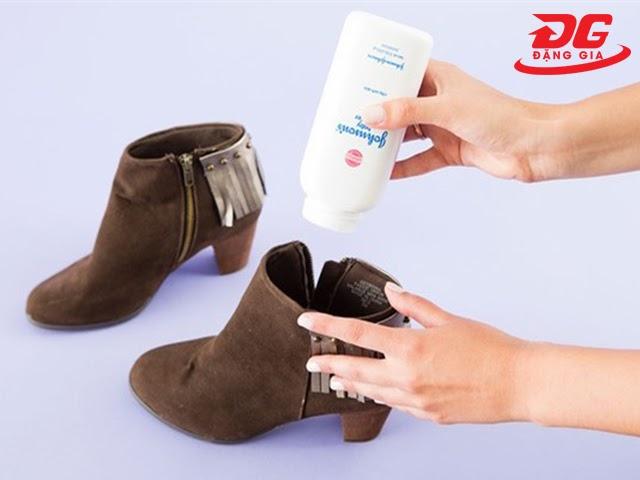 Dùng phấn rôm làm mềm giày da lộn