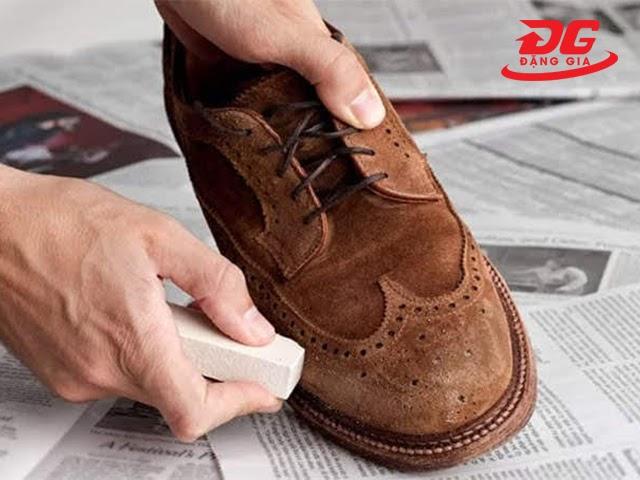 làm sạch giày da lộn bằng tẩy gôm