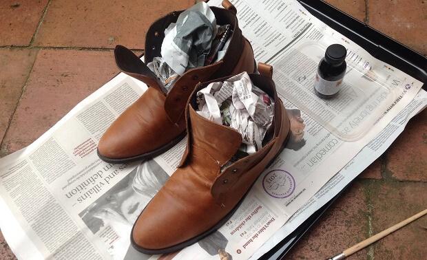 nhét giấy báo vào trong giày để giữ dáng và khử mùi hôi
