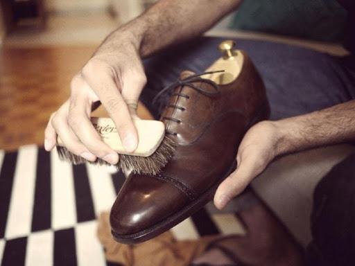 vệ sinh đánh giày thường xuyên