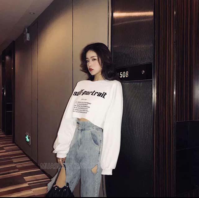 Cool ngầu hơn với outfit áo croptop tay dài và quần jean cạp cao