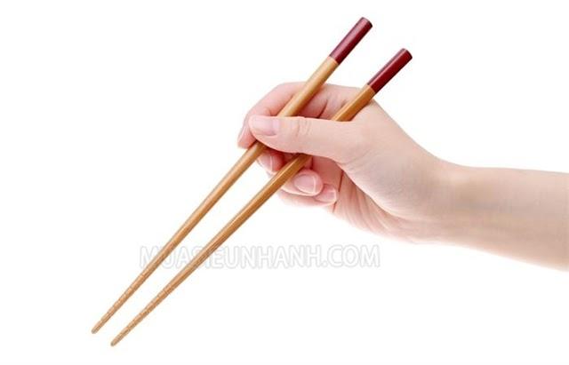 Chữa hóc xương cá bằng đũa được rất nhiều người áp dụng
