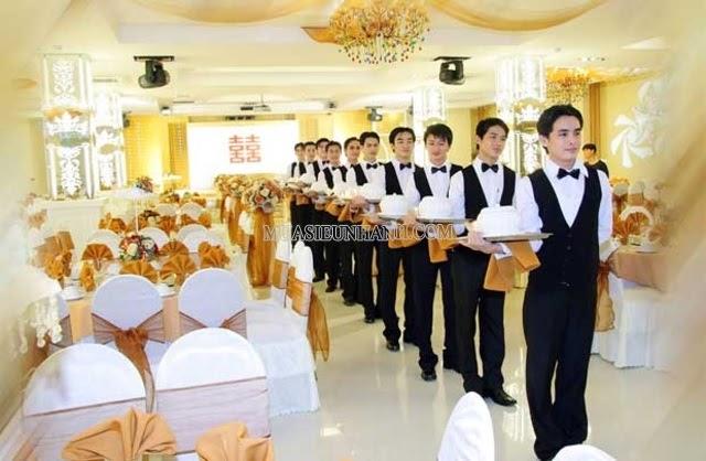 Nhân viên Casual làm việc partime trong nhà hàng